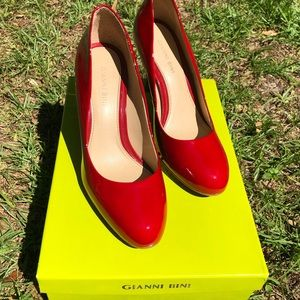Gianni Bini 👠 red beige shiny close toed heels 7